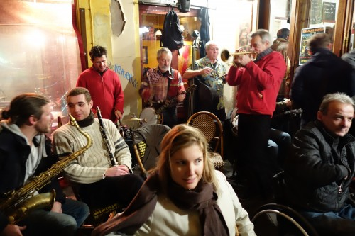 Musicians on the terrasse at Aux Tonneaux des Halles