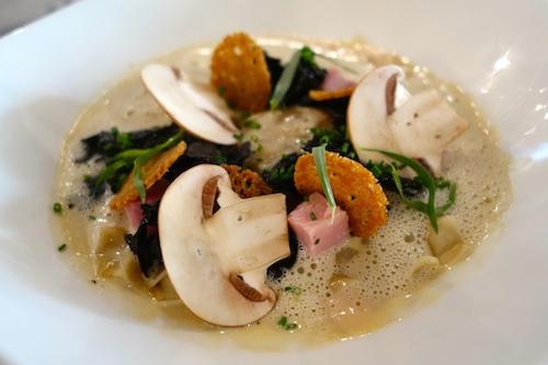 Raviole de jaune d'oeuf, jambon blanc et champignons marinés au soja at 52 rue Faubourg Saint Denis in Paris