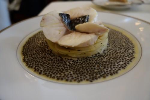 Escalopines de Bar à l'émincé d'artichauts nage réduite au caviar golden (L'Ambroisie)